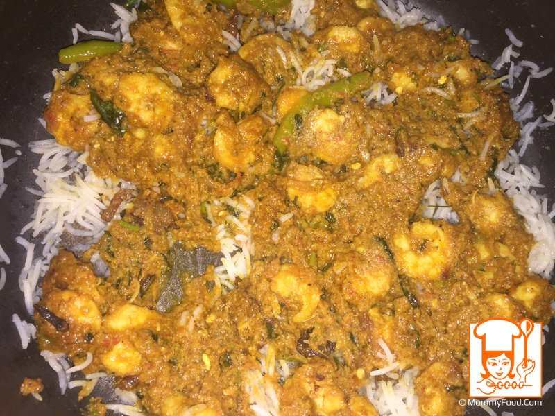 Spread half of prawns curry